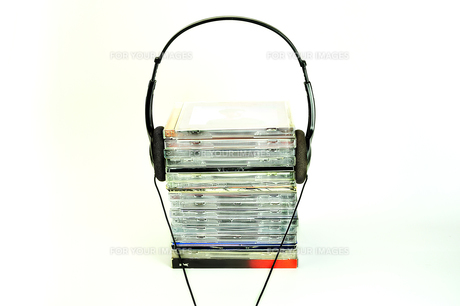 積み重なったCDとヘッドフォンの写真素材 [FYI01190814]