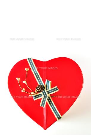 ハート形のプレゼントボックスの写真素材 [FYI01190817]