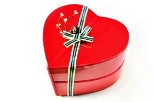 ハート形のプレゼントボックスの写真素材 [FYI01190819]