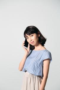 携帯電話で話す若い女性の写真素材 [FYI01190829]