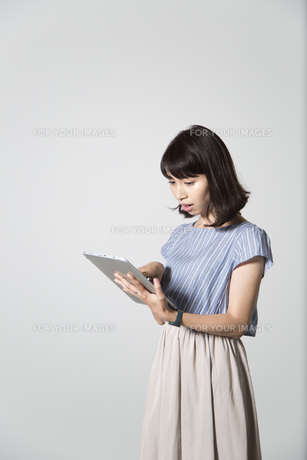 タブレットを操作する若い女性の写真素材 [FYI01190832]