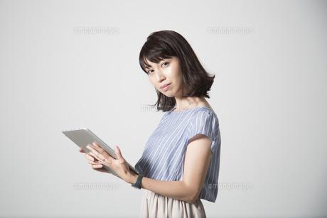 タブレットを操作する若い女性の写真素材 [FYI01190833]