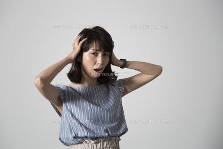 頭を抱える若い女性の写真素材 [FYI01190913]
