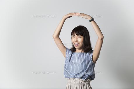 両手で丸を作る女性の写真素材 [FYI01190918]