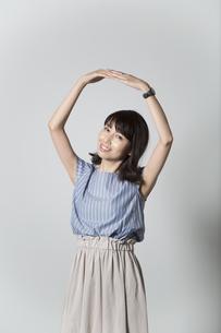 両手で丸を作る女性の写真素材 [FYI01190919]