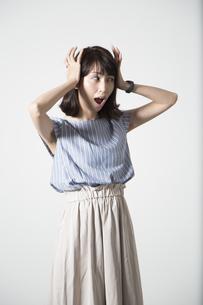 驚く若い女性の写真素材 [FYI01190925]