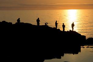 夕暮れの海辺と磯釣りの写真素材 [FYI01190930]