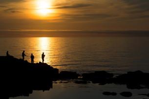 夕暮れの海辺と磯釣りの写真素材 [FYI01190931]