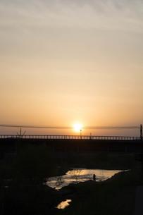 夕暮れの空と川の写真素材 [FYI01190939]