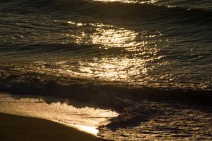 夕暮れの光る波の写真素材 [FYI01190943]