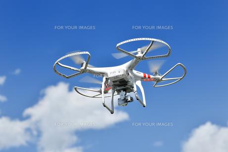 飛行中の小型ドローンの写真素材 [FYI01191218]