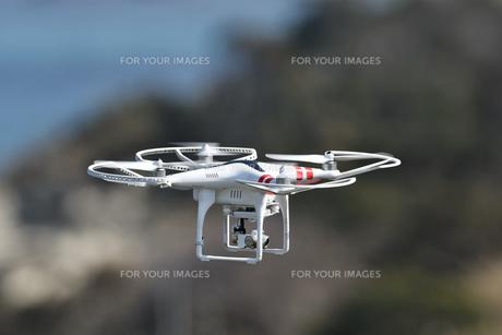 飛行中の小型ドローンの写真素材 [FYI01191219]
