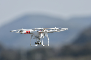 飛行中の小型ドローンの写真素材 [FYI01191220]
