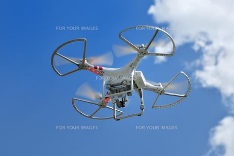 飛行中の小型ドローンの写真素材 [FYI01191221]