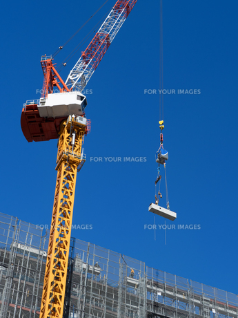 高層マンションの新築工事の写真素材 [FYI01191353]
