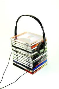 重なったCDとヘッドフォンの写真素材 [FYI01191388]