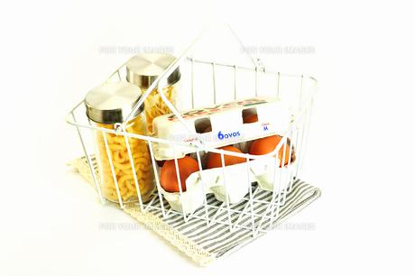 スチール籠に入った卵とパスタ2種の写真素材 [FYI01191389]