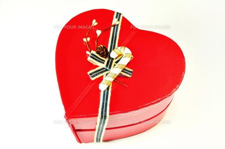 ハート形のプレゼントボックスの写真素材 [FYI01191401]