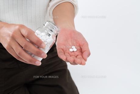 サプリメントを使用する女性の写真素材 [FYI01191586]