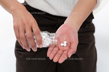サプリメントを使用する女性の写真素材 [FYI01191587]