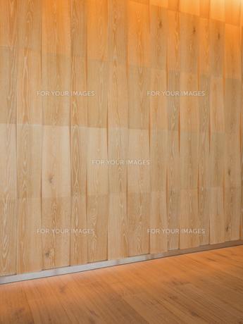 ウッド調の壁とフローリングの床の写真素材 [FYI01191693]