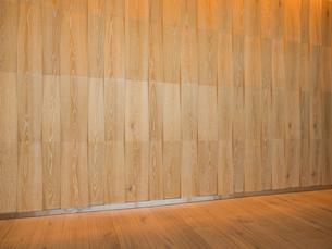 ウッド調の壁とフローリングの床の写真素材 [FYI01191694]