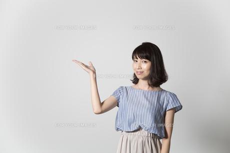 指差しする若い女性の写真素材 [FYI01191739]