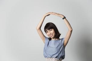 両手で丸を作る女性の写真素材 [FYI01191771]