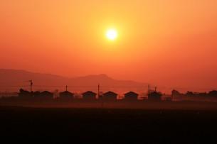 背景素材・朝日のあたる家並みシルエットの写真素材 [FYI01191911]
