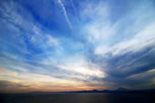夕暮れ時の広大な空と遠くに見える富士山の写真素材 [FYI01191919]