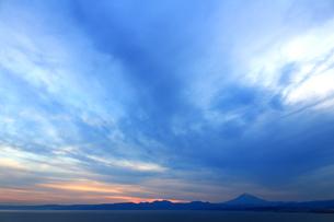 夕暮れ時の広大な空と遠くに見える富士山の写真素材 [FYI01191920]