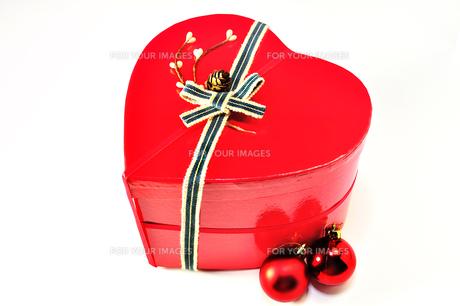 ハート形のプレゼントボックスとクリスマスオーナメントの写真素材 [FYI01192009]