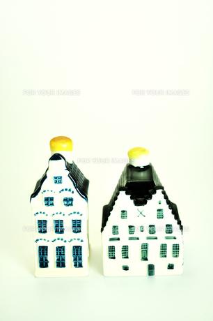 陶器製の小さな家のオーナメントの写真素材 [FYI01192012]