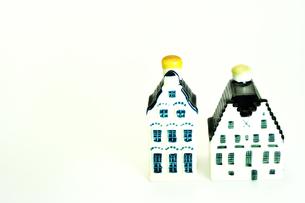 陶器製の小さな家のオーナメントの写真素材 [FYI01192014]