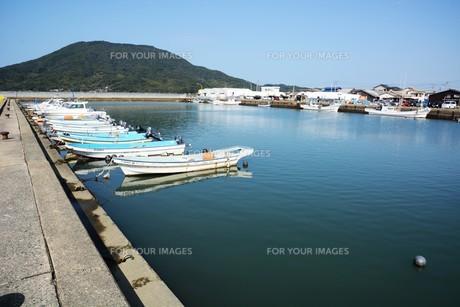 昼下がりの漁港 / 福岡県糸島市加布里漁港の写真素材 [FYI01192072]