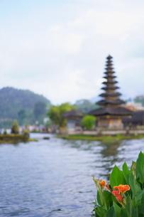 ウルンダヌブラタン寺院 バリ島 の写真素材 [FYI01192150]