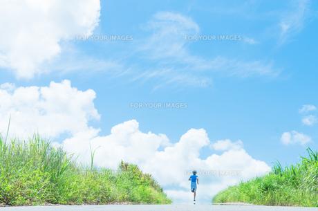 沖縄の夏を走るランナーの写真素材 [FYI01192241]