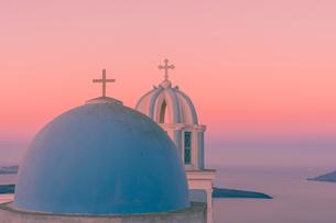 サントリーニ島の朝日でピンクに染まるドームの写真素材 [FYI01192247]