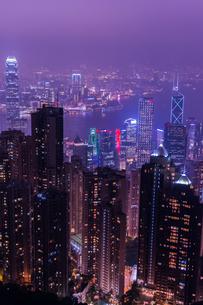 香港ビクトリアピークからの百万ドルの夜景の写真素材 [FYI01192249]