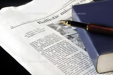 英字新聞と辞書とペンの写真素材 [FYI01192551]