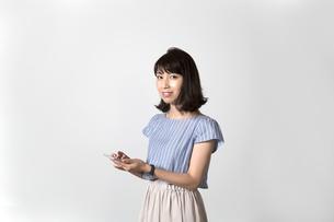 スマホを持つ女性の写真素材 [FYI01192626]