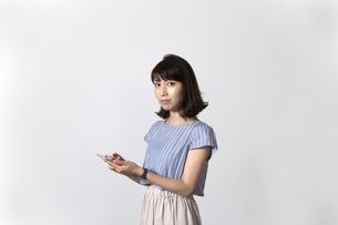 スマホを持つ女性の写真素材 [FYI01192627]