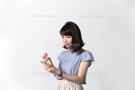 スマホを持つ女性の写真素材 [FYI01192628]