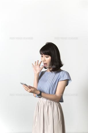 スマホを持つ女性の写真素材 [FYI01192630]