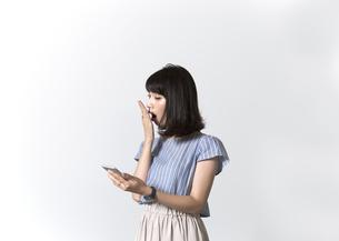 スマホを持つ女性の写真素材 [FYI01192632]