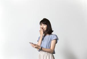 スマホを持つ女性の写真素材 [FYI01192633]