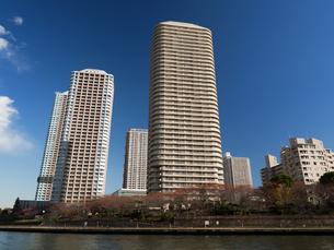川辺のタワーマンションの写真素材 [FYI01192698]