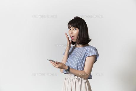 スマホを持つ女性の写真素材 [FYI01192776]