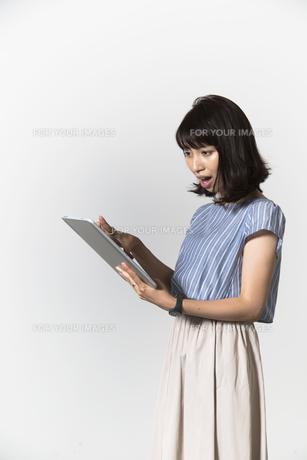 タブレットを操作する若い女性の写真素材 [FYI01192781]