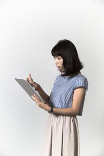 タブレットを操作する若い女性の写真素材 [FYI01192782]
